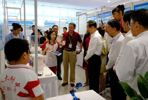 俞穎君、王穎彤在北京勇奪第15屆宋慶齡少年兒童發明賽高中組金獎