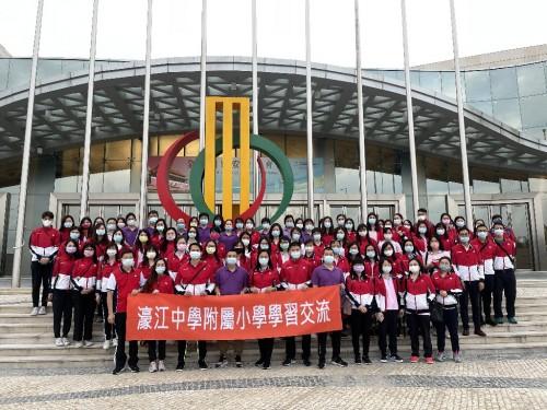濠江中學附屬小學分別組織了全體教職工和五、六年級學生到「中國與葡語國家商貿綜合體展覽廳參觀全民國家安全教育展」進行參觀學習