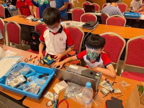 濠小兩位同學參加了「2021 MakeX機器人挑戰賽澳門區賽」比賽工作坊