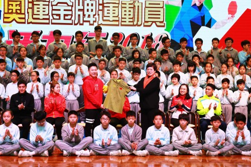 Olympic Gold Medalists Visit Premier School Affiliated to Hou Kong Middle School