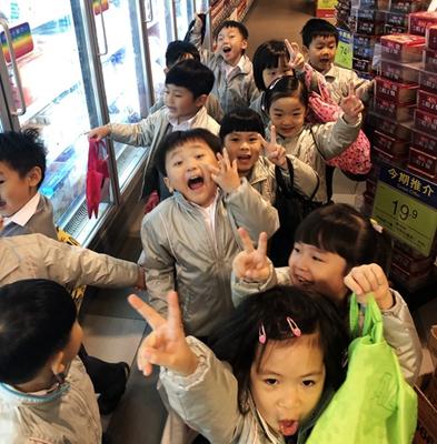 K2參觀超級市場